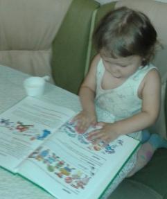 Двухлетняя Ангелина читает по картинкам